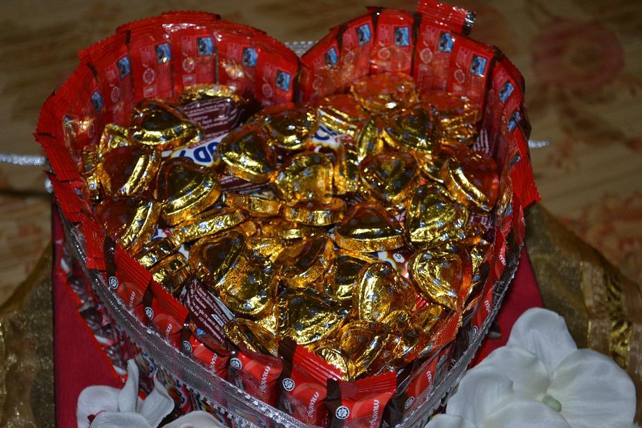 Coklat dan gula-gula dihias bentuk hati.