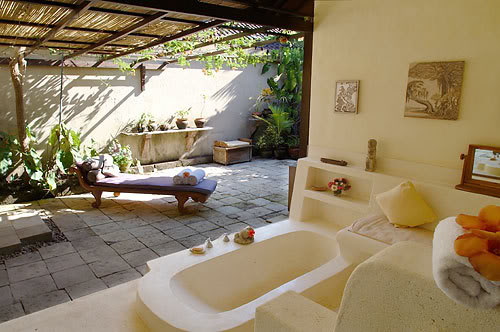 The favorites of natural bathroom style are 3 styles. 1. Balinese style