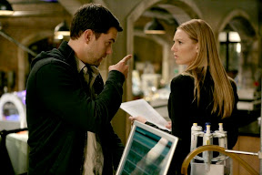 Peter (Joshua Jackson, L) must help Olivia (Anna Torv, R) save the life of a fellow FBI agent in the FRINGE episode 'In Which We Meet Mr. Jones'
