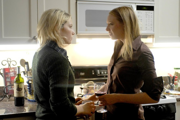 FRINGE: Ari Graynor (L) guest-stars as Rachel, Olivia's (Anna Trov, R) sister, in the FRINGE episode Bound