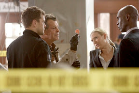 FRINGE: The team (L-R: Joshua Jackson, John Noble, Anna Torv and Lance Reddick) collects evidence at a crime scene in the FRINGE episode 'Fracture' airing Thursday, Oct. 1 (9:00-10:00 PM ET/PT) on FOX. ©2009 Fox Broadcasting Co. CR: Michael Courtney/FOX