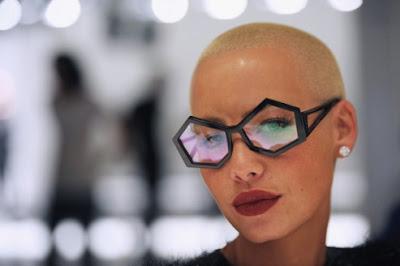 >Amber Rose, femme à lunettes…