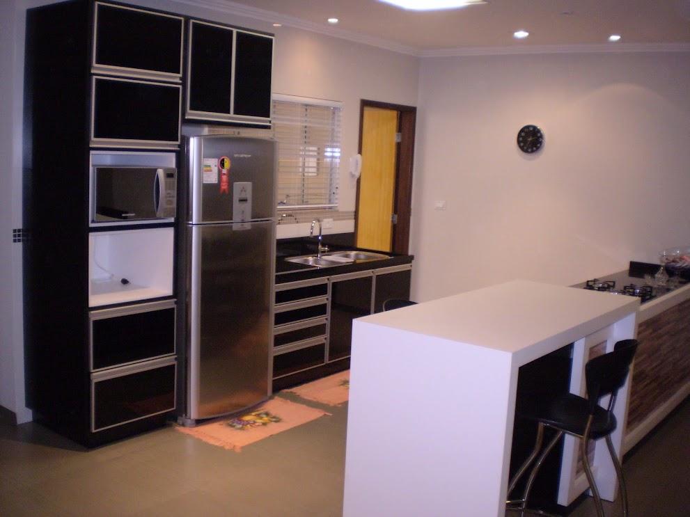 cozinha em mdf preto com portas em vidro preto