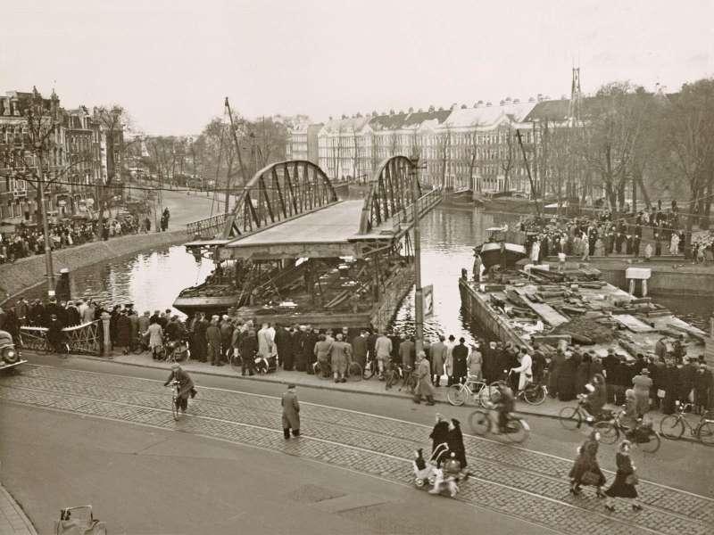 De Rotterdammerbrug aan de Nassaukade vlakbij de Jacob Catskade in de 50-er jaren