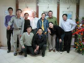 Thầy Craig và thầy Rom với các học viên khóa trước