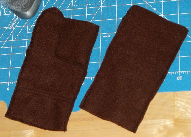 Sewing Miss Adventure: Second beret and fingerless gloves done