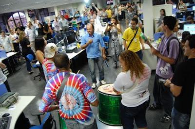 Ritmos de samba para celebrar la llegada de 'los digitales' a la nueva redacción integrada de A Gazeta. Foto: R. Salaverría, 10/09/2008