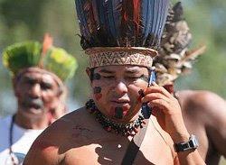 Cacique falando no celular
