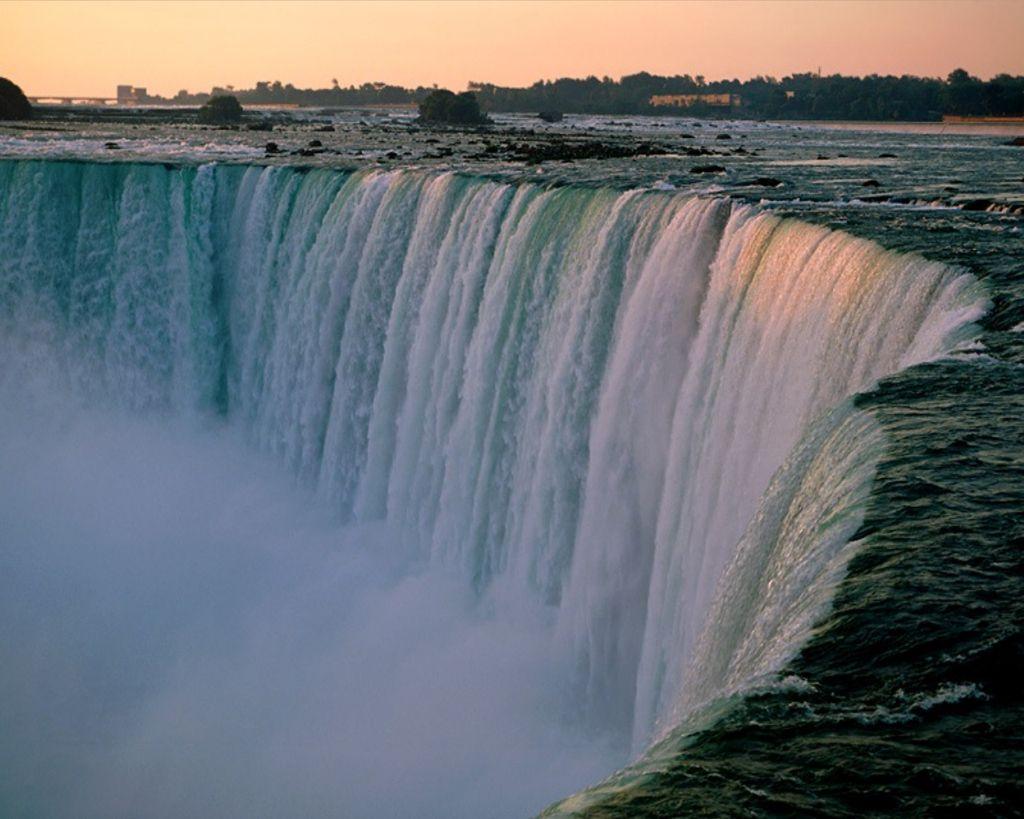 http://4.bp.blogspot.com/_YbE64yX1TgA/TKmqWQriO3I/AAAAAAAAAG0/QBFvUBSNizM/s1600/niagara-waterfall-landscape-wallpaper.jpg