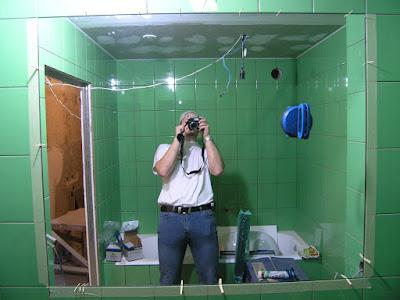 Увеличение визуального объема с помощью зеркала в ванной комнате