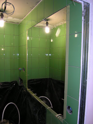 Большое зеркало в малых помещениях хорошо расширяет пространство