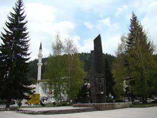 Паметник и джамия в Мадан