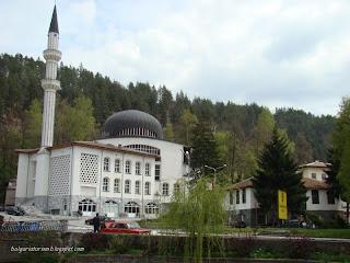 Джамията в центъра на град Мадан