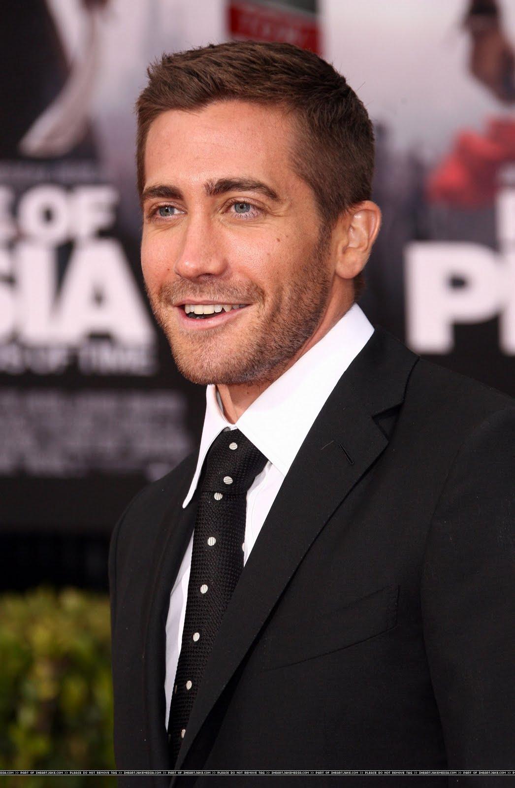 http://4.bp.blogspot.com/_YcsRkF6yBLI/S_P35AsuudI/AAAAAAAAKjA/5qTmSpOjiaI/s1600/Jake+PoP+LA+Premiere+Smiling+headshot+139.jpg