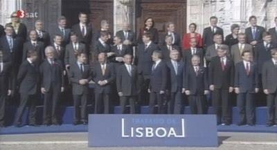 Gruppenbild der EU-Regierungschef nach ihrer Unterzeichnung des Lissaboner Vertrags