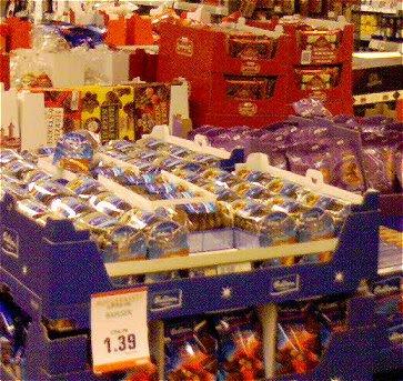 Paletten mit Weichnachtsgebäck im Supermarkt