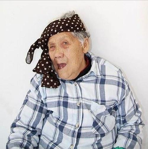 La abuela abierta de piernas gana mucho - Abuelas