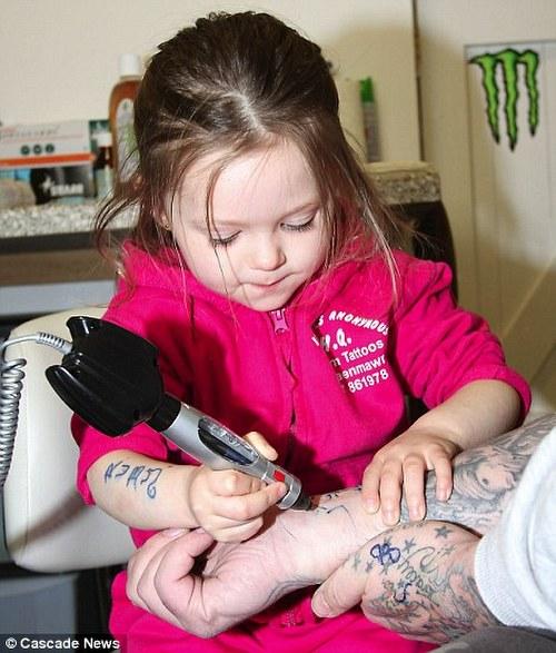 tiendas de tatuajes en madrid. Ruby actualmente toma clases de tatuaje después de la guardería,