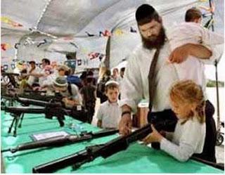 crianças israelenses aprendendo a manusear armas
