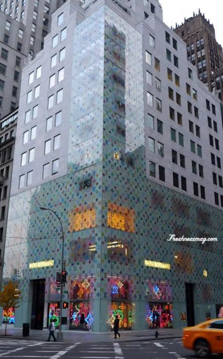 As lojas da Louis Vuitton são exemplo de sofisticação... a logomarca é muito forte entre as grifes