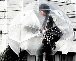 Guarda-chuva igloo é japonês e proteje bem a roupa,cabelo e bolsa.