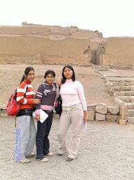 Aqui estoy con mis amigas en la visita al museo de Pachacámac