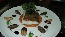 Lomo de bacalao ligeramente ahumado, panceta, boletus y tapenade de berenjenas con trufa