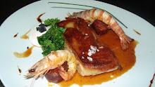 cochinillo confitado con su piel en crujiente, huevo, chorizo y langostinos salteados.