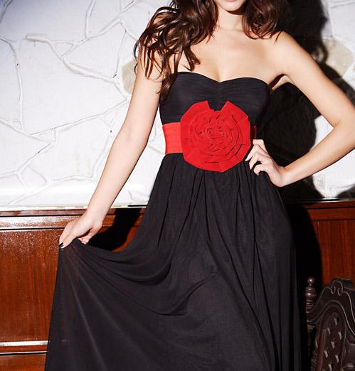 Vestido negro y accesorios rojos