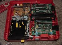 Consoles étranges , Machines méconnues ou jamais vues , du proto ou de l'info mais le tout en Photos - Page 10 Twin_Famicom_Repair1