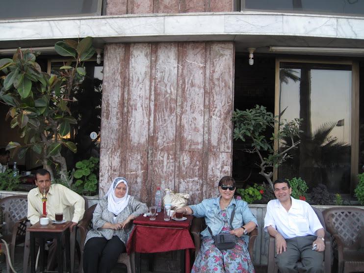 على احدى مقاهى بحرى مع الشاعر جابر بسيونى والشاعرة وفاء عبدالرزاق وهناء سيف