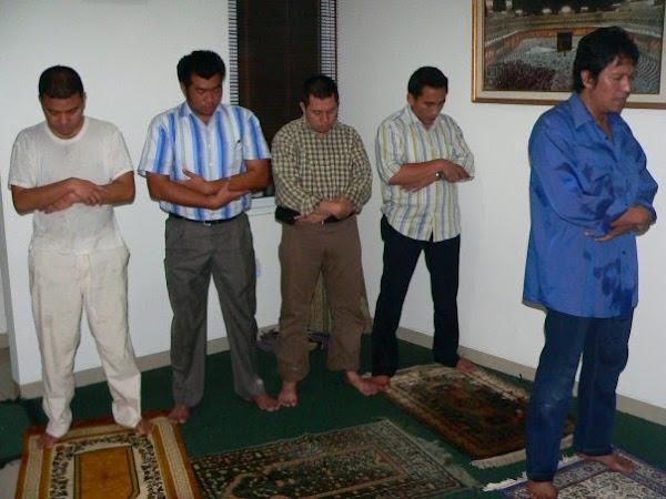 Pemimpin Ummat Mengimami SHolat, di Lampung Selatan bersama Kader PAN, Ikang Fawzi