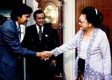 Ikang Fawzi bersama Ibu Negara Tien Soeharto