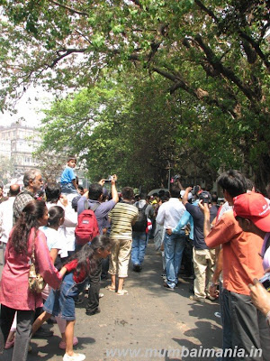 people going crazy at Mumbai car rally