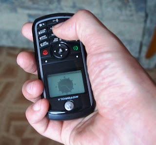 телефон удобно лежит в руке при наборе