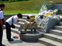 Prayer before the tombs of 박정희 (PARK Chung-Hee) and 육영수 (YUK Young-soo) at 국립서울현충원 (Seoul National Cemetery)