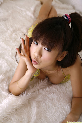 Aki Hoshino furtive look