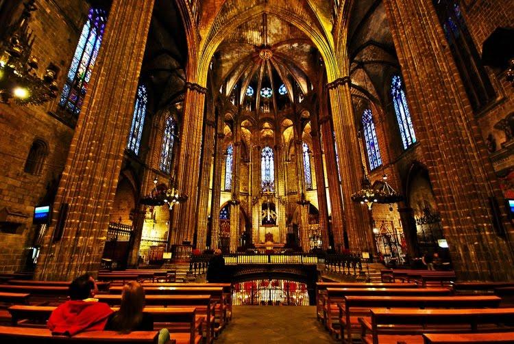Nas trilhas da arquitetura barcelona iii for Catedral de barcelona interior