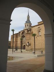 Parroquia Asunción desde soportales Ayuntamiento.