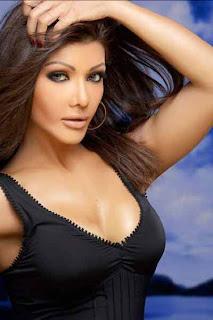 Bollywood seductress Koena Mitra kisses designer Rajat Tangri on ramp