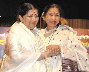 Lata Mangeshkar received an award from Asha Bhosle