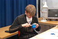 Karl Larsson measuring... a balloon?