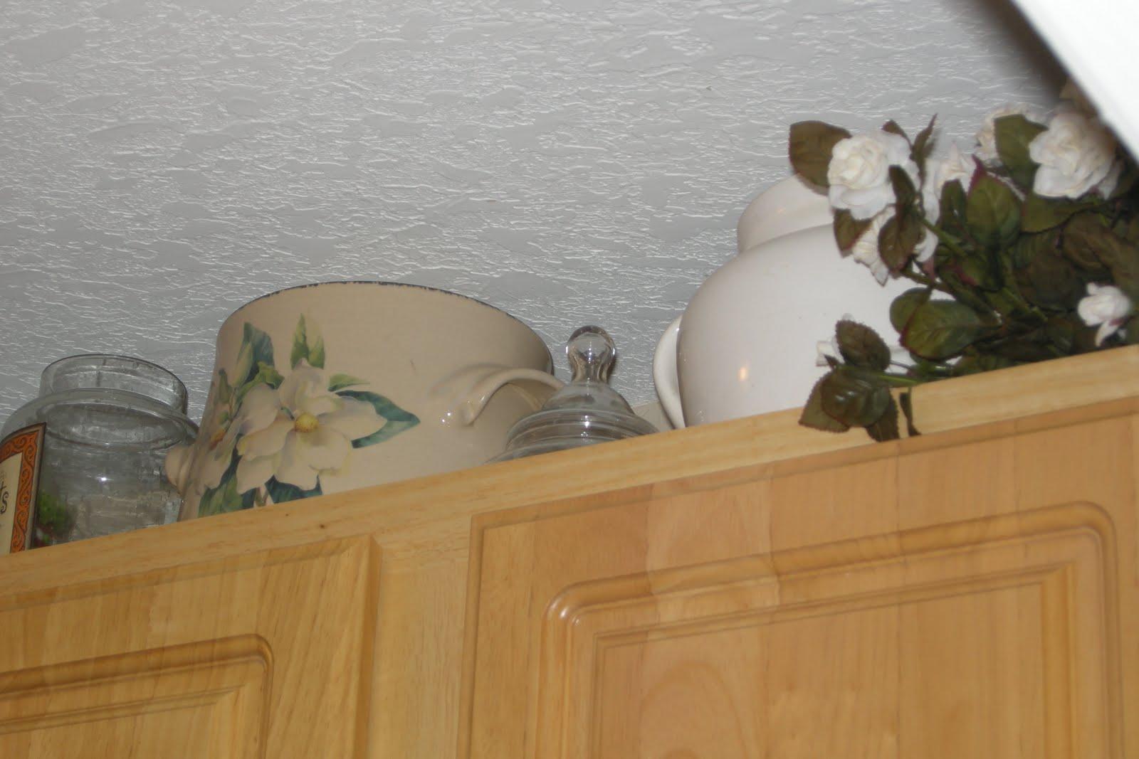 http://4.bp.blogspot.com/_ZWHi2fYLaV4/TH8BMDtqxWI/AAAAAAAABUo/IJog5WY_Co8/s1600/Wallpaper+up+in+laundry+room+(7).JPG