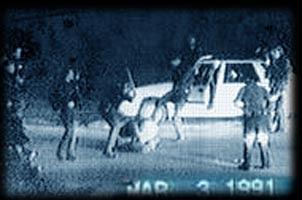 Rodney King arrodillado en el suelo mientras que los agentes le golpean, 3 de marzo de 1991. Pinchar en la imagen para ver el video. Aviso: Estas imágenes pueden herir la sensibilidad del telespectador