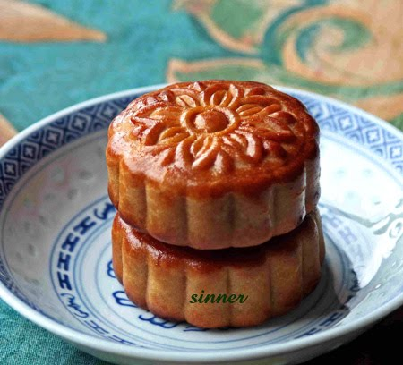 Lotus paste mooncake