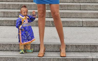 ИМАШ КОМЕНТАР??? Shortest+man+vs+longest-legged+woman4