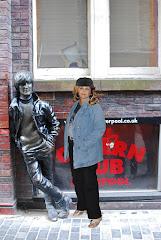 Junto a la estatua de John Lennon