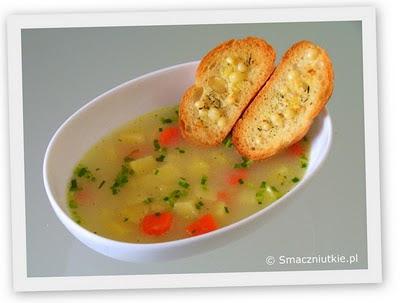 Zupa ogórkowa z grzankami