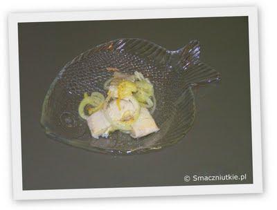 Śledź w skórkach cytryny z cebulką