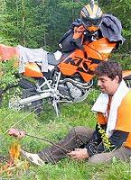 Sven mit seiner KTM in Schweden im Wald Wildcampen mit Lagerfeuer